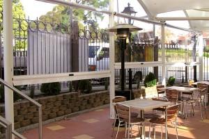 Terrasse-de-restaurant-avec-Ziptrak-cristal